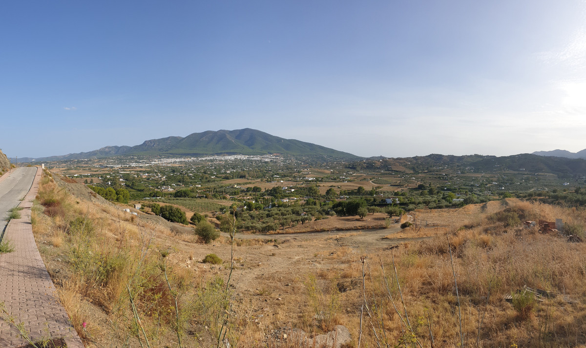 Residential plot with project and licence already in place in a popular urbanisation in Coin.   This,Spain