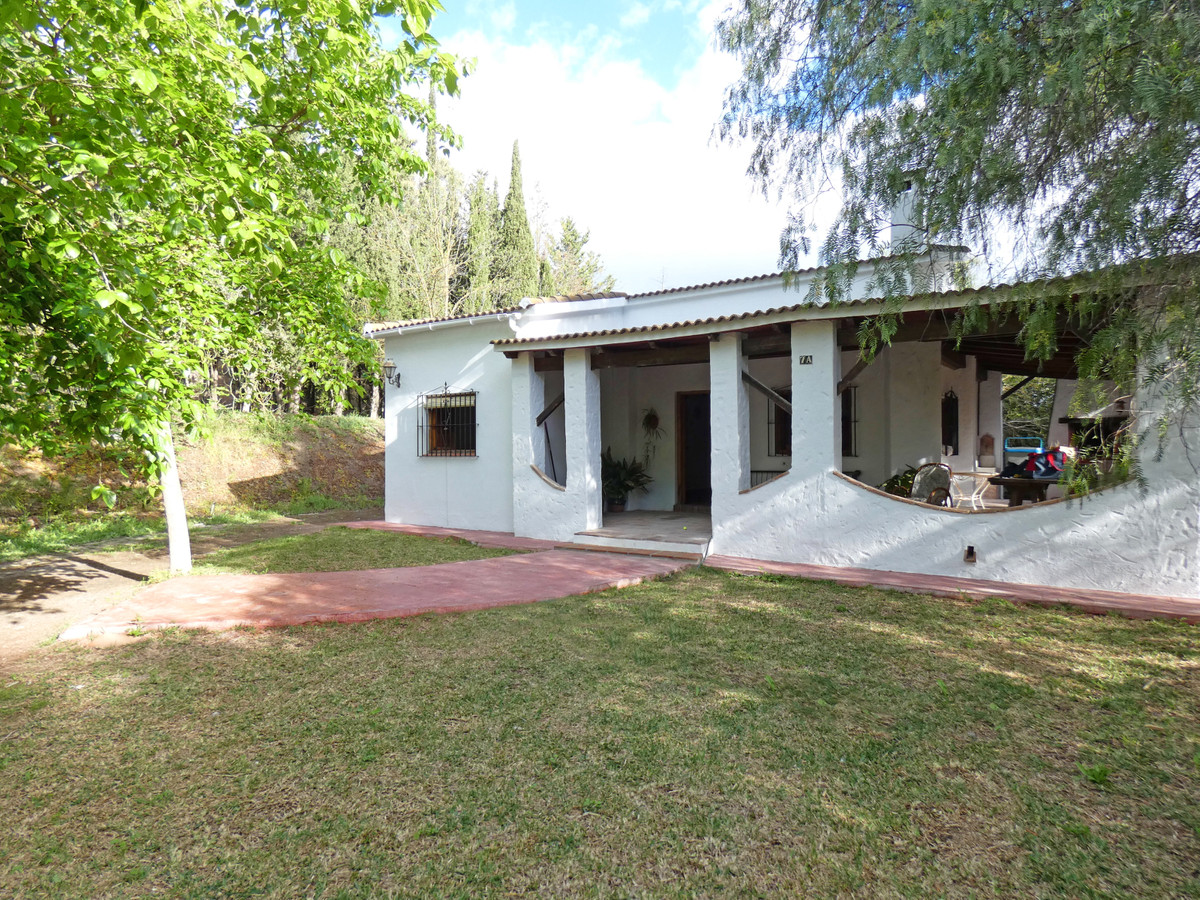 Beautiful country home in an idyllic setting in Alhaurin el Grande. The house has two bedrooms and a, Spain