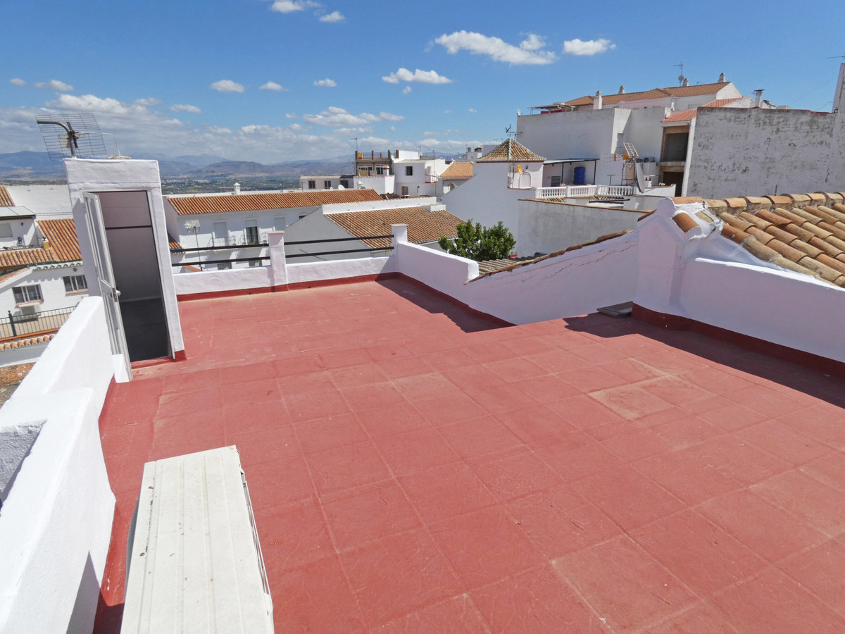 A spacious townhouse in the centre of Alhaurin el Grande.  The property has been cleaned and painted,Spain