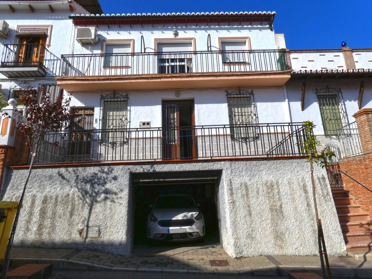 Very large apartment with private garage, patio and roof terrace in the centre of Alora. The propert, Spain