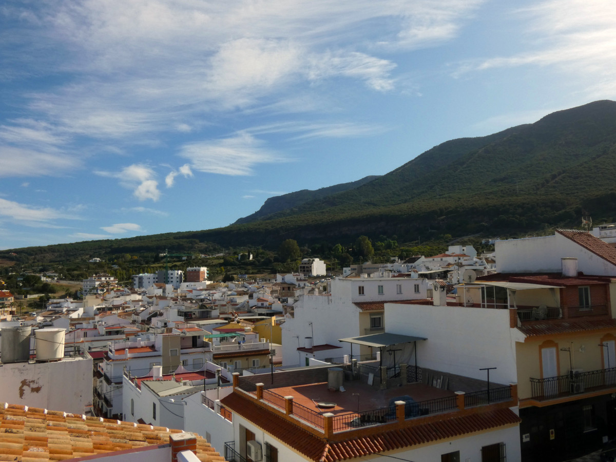 Traditional townhouse in very good condition and within walking distance of shops, supermarkets and , Spain