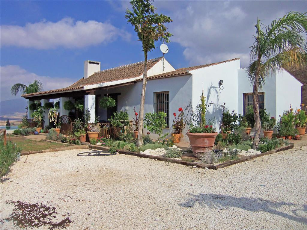 An idyllic hideaway located only a 10-minute drive from the train station in Alora. This lovely finc,Spain