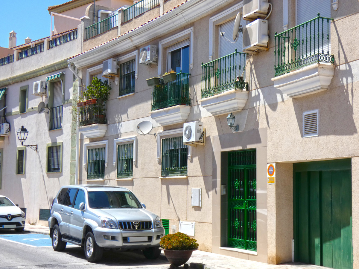 Nice first-floor apartment close to the sports centre and to the centre of town.  It comprises a ful, Spain
