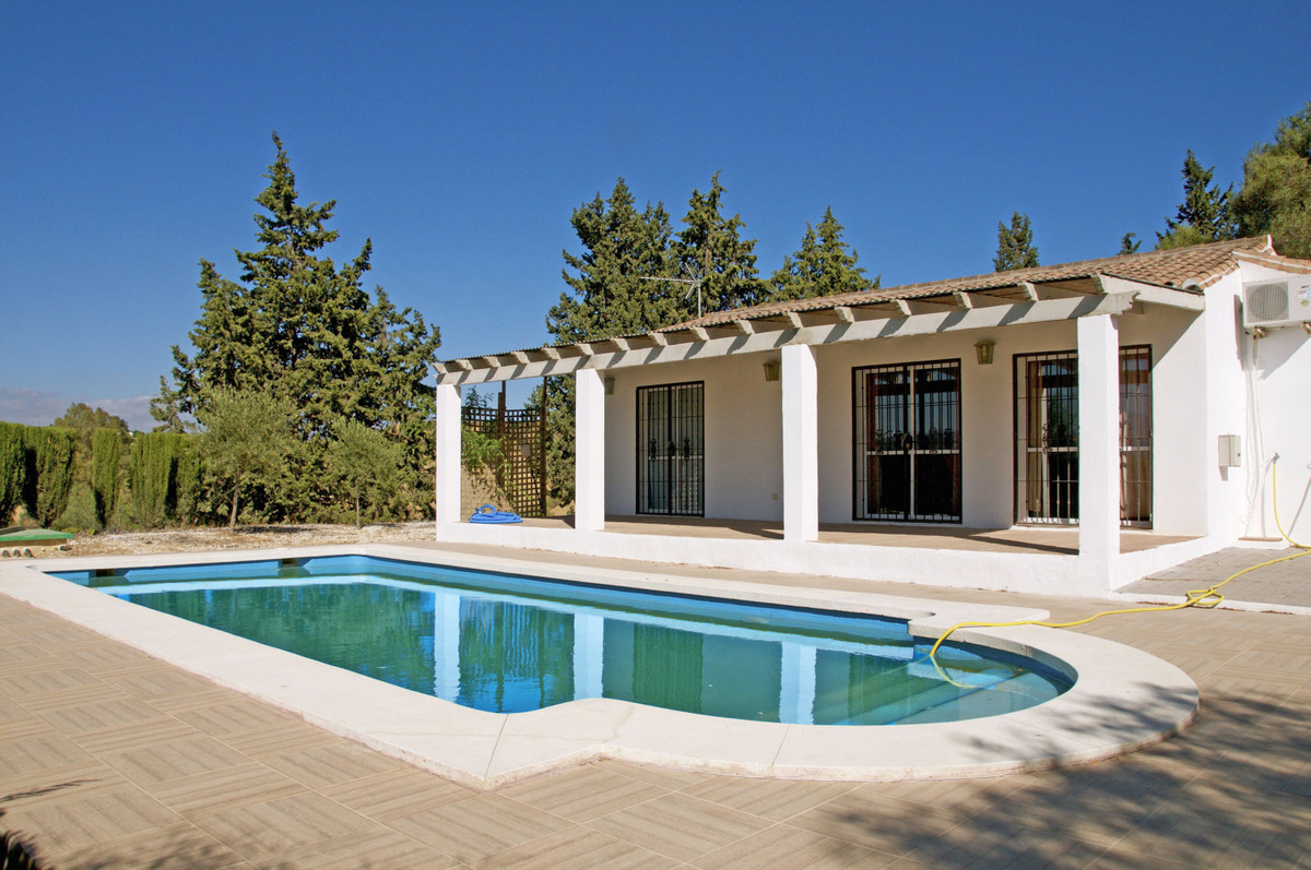 Beautiful single storey country home with private pool in Coin.  It benefits from an American style ,Spain