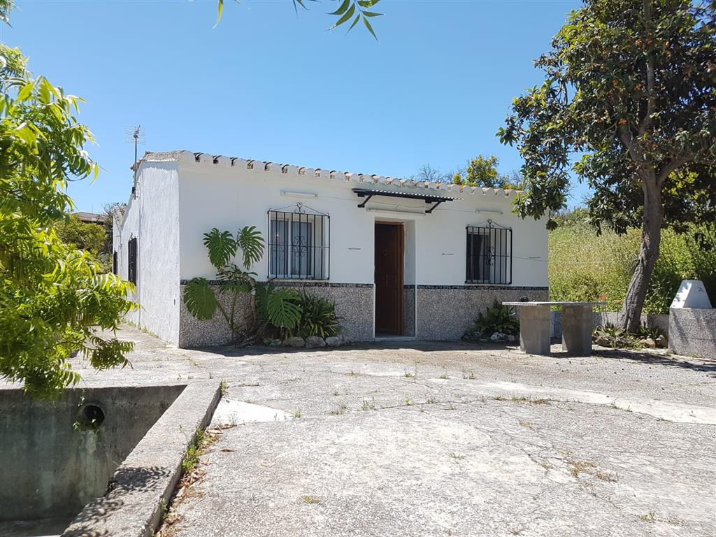 Country house with great potential, just a few minutes walk from the centre of Coin. The property ne,Spain