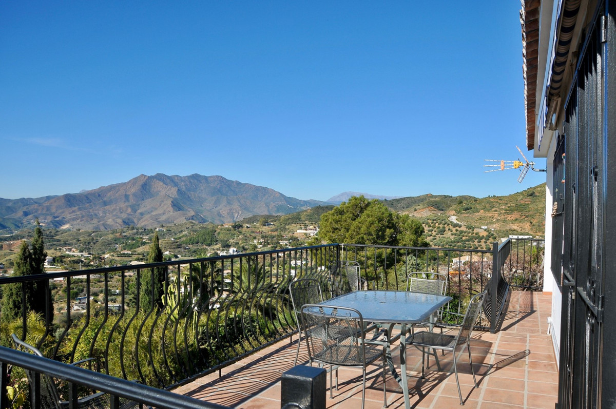 Detached villa in a traditional rustic style with amazing views to the sea and mountain, comprising , Spain