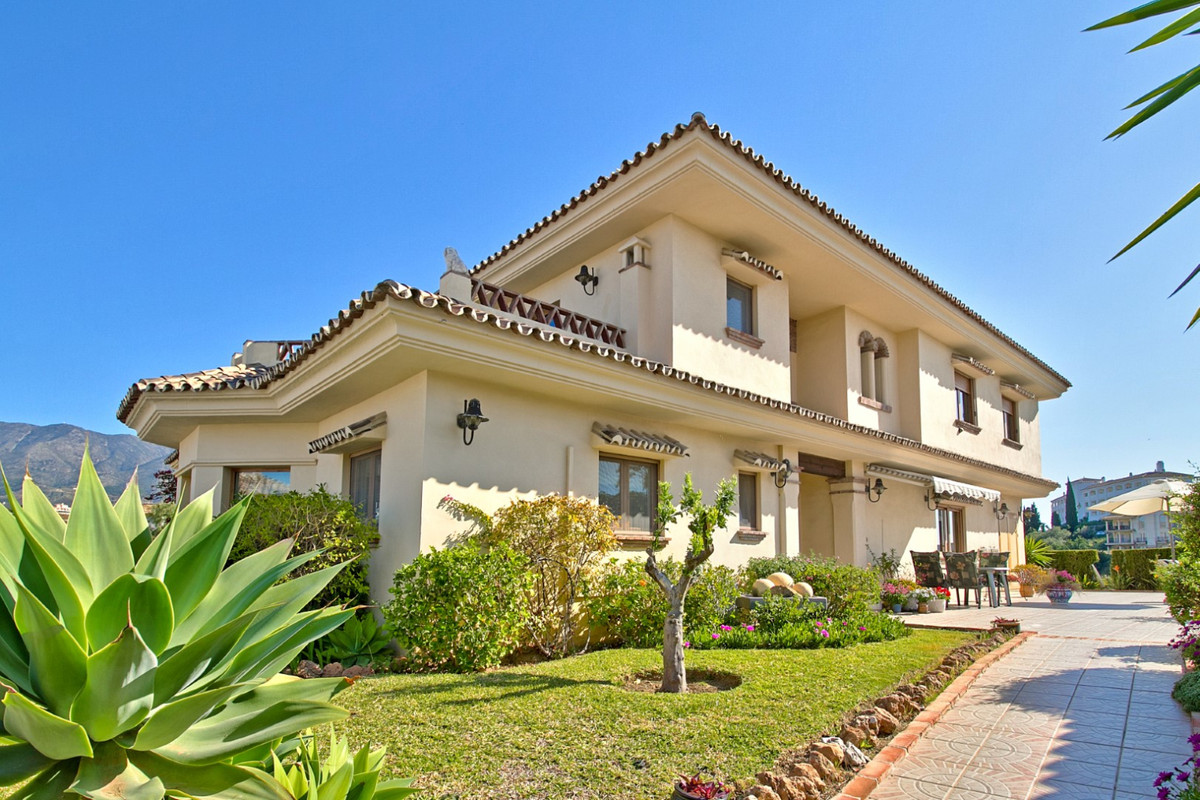 Fantastic detached villa situated on a corner plot of over 1,000m² on one-way street of a well-maint, Spain