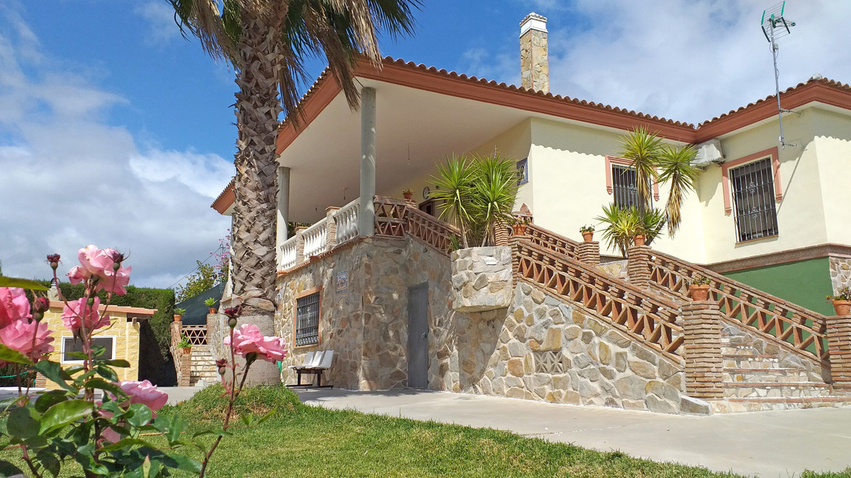 Spacious and very well-presented country house in Coin.  The house (currently on the top floor) has , Spain