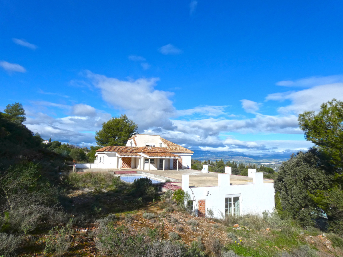 ¡GREAT INVESTMENT OPPORTUNITY! This private villa is about 70% completed and could also be used as a,Spain