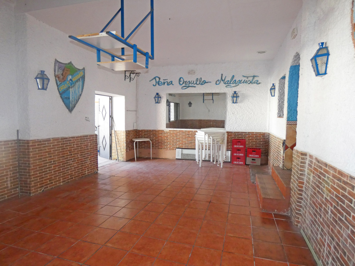 Spacious FREEHOLD commercial property on a lower ground floor. There is a flight of stairs to access, Spain