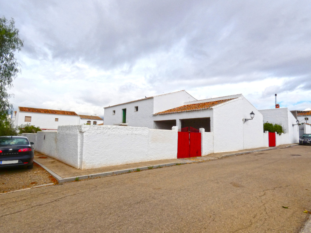 Property with two large constructions on an urban plot of 587m² in Zalea (Pizarra). Corner plot faci,Spain