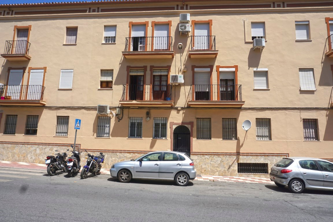 3 bedroom, 1 bathroom ground floor apartment located within walking distance to all amenities.  The , Spain