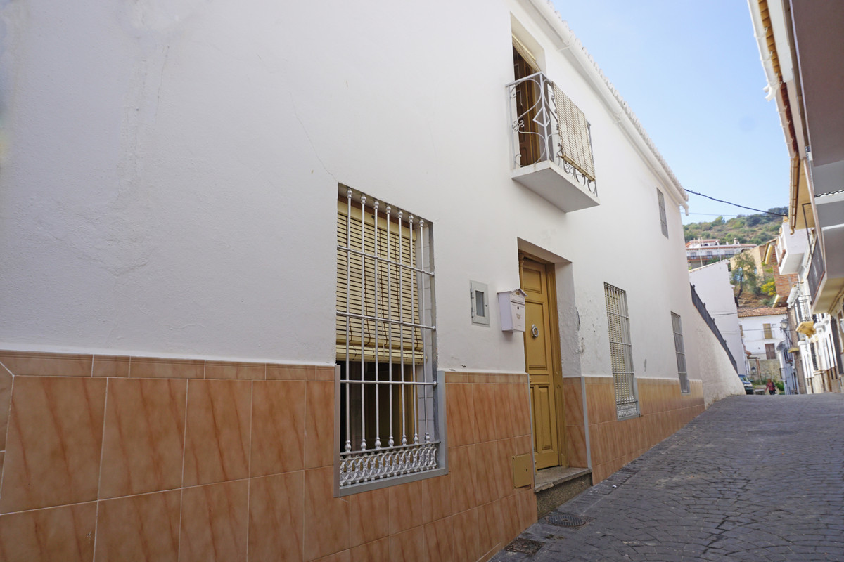 Spacious and quirky 5 bedroom, 1 bathroom townhouse located in the heart of Guaro. The property has , Spain
