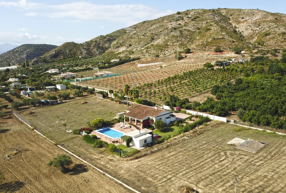 A superb country home set on a totally flat plot of 1.5 acres, ideal for horses. The single storey h,Spain