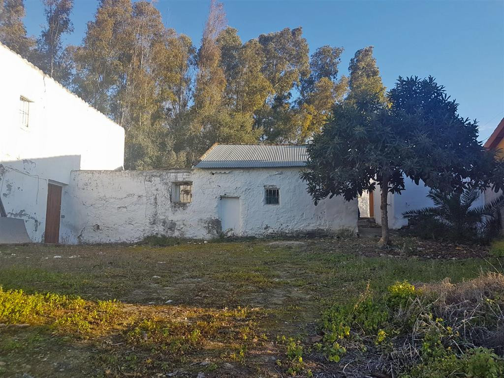Semi-detached country house in the Alhaurin el Grande countryside. It needs a complete reform and do, Spain