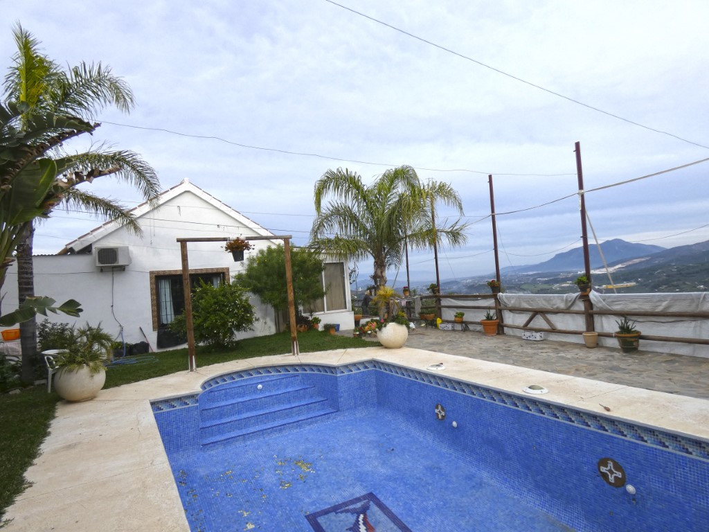 Beautiful and cosy country home located on the top of a hill in the Monda countryside. The property ,Spain