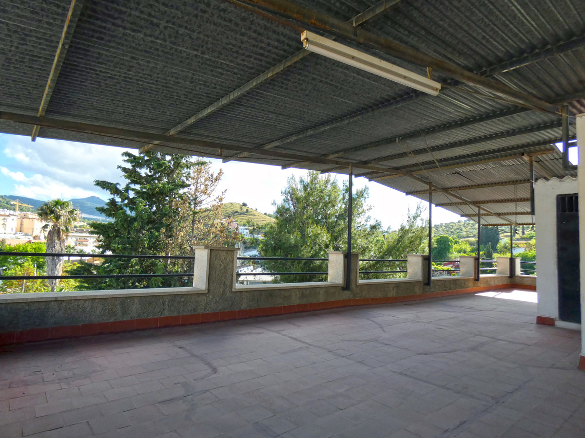 Spacious 95m² 3-bedroom apartment plus an office room in Coin. The property also comprises a kitchen,Spain