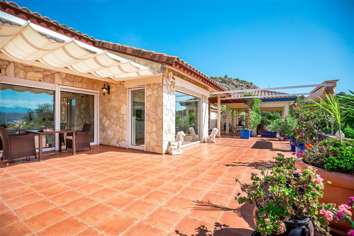 Very nice country property only 10 minutes from the village of Alozaina. It is divided into two area,Spain
