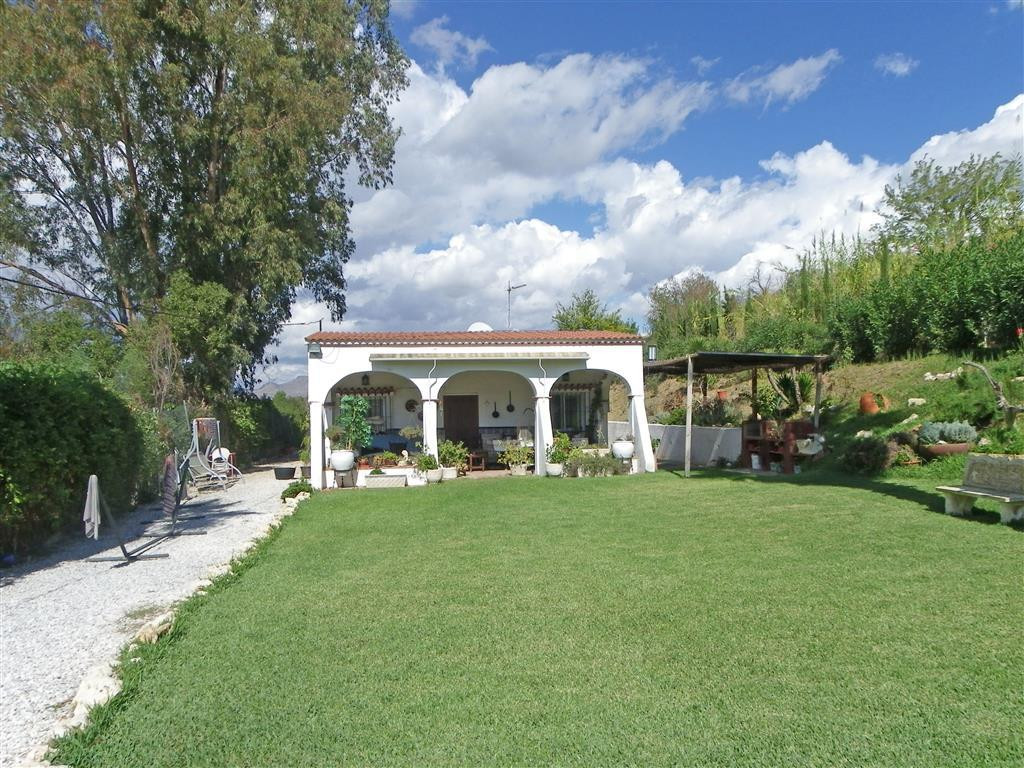 Nice and cosy single-storey country house comprising of covered porch, fitted kitchen with dining ar,Spain