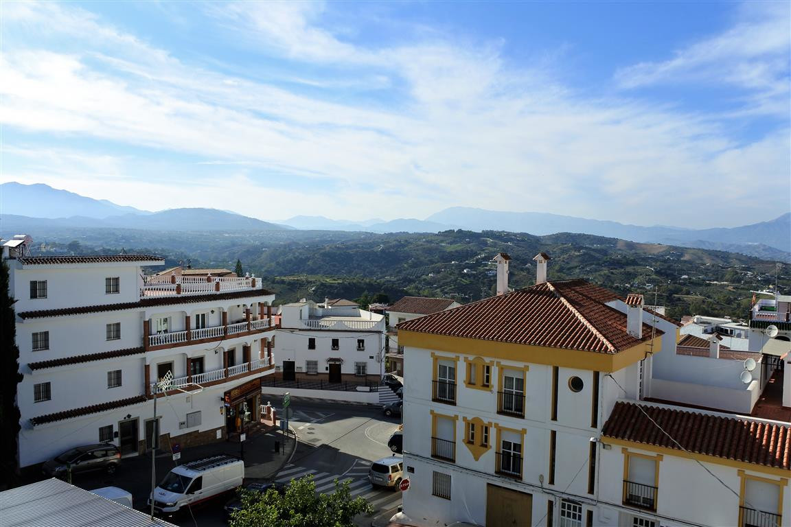 A very well-kept, bright apartment located within walking distance of plenty of shops, restaurants a,Spain