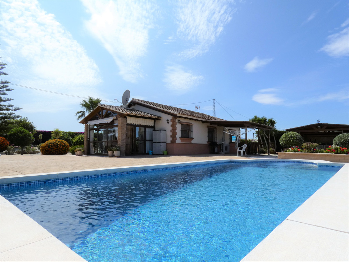 This delightful country home has been lovingly maintained by the current owner. Benefiting from a la,Spain