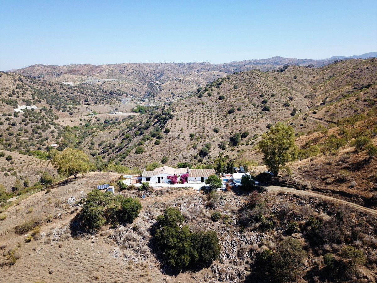 The ultimate mountain hideaway! Perched at the top of a 10-hectare plot, this off-grid traditional S,Spain