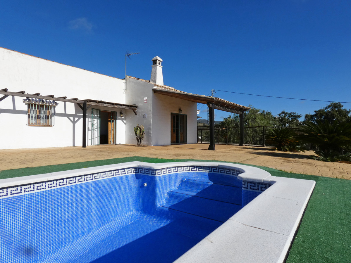 Fantastic property located in Cartama with panoramic sea views. There are actually two houses (a maiSpain