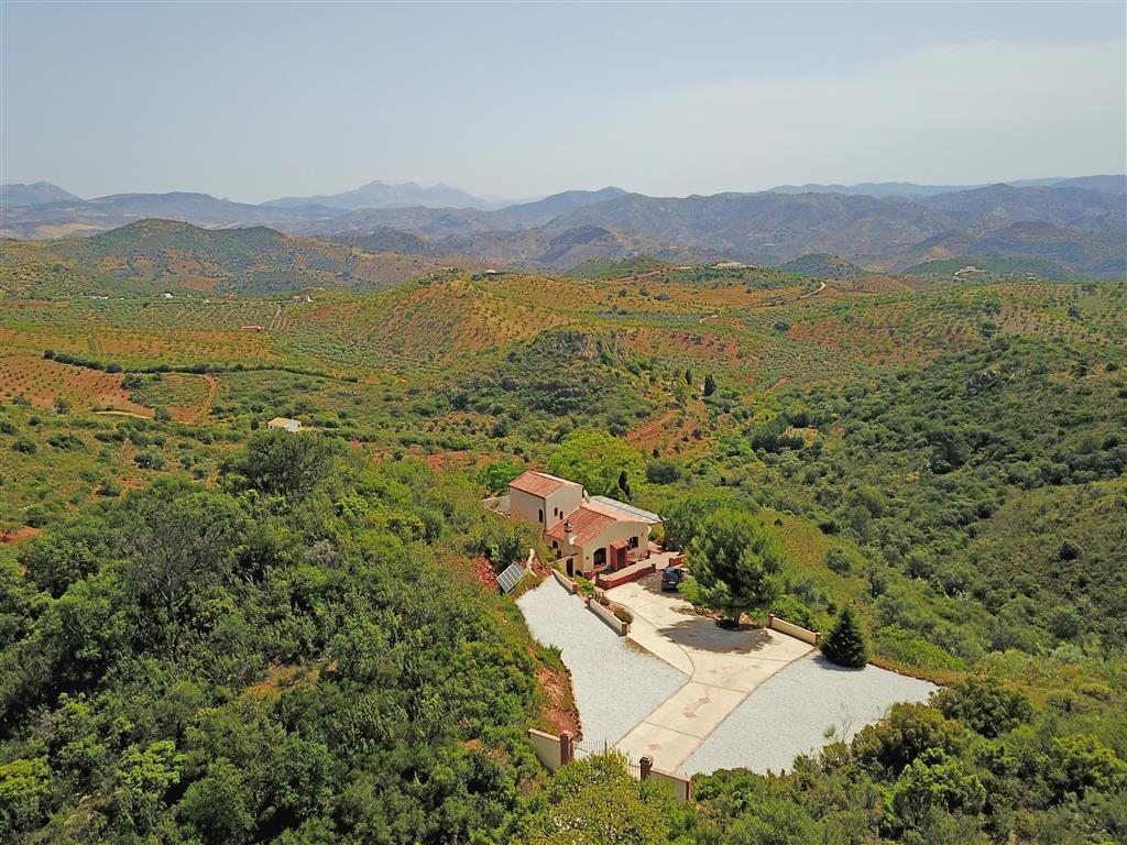 An exquisite country house with incredible views. This beautiful property is located only a 10-minutSpain