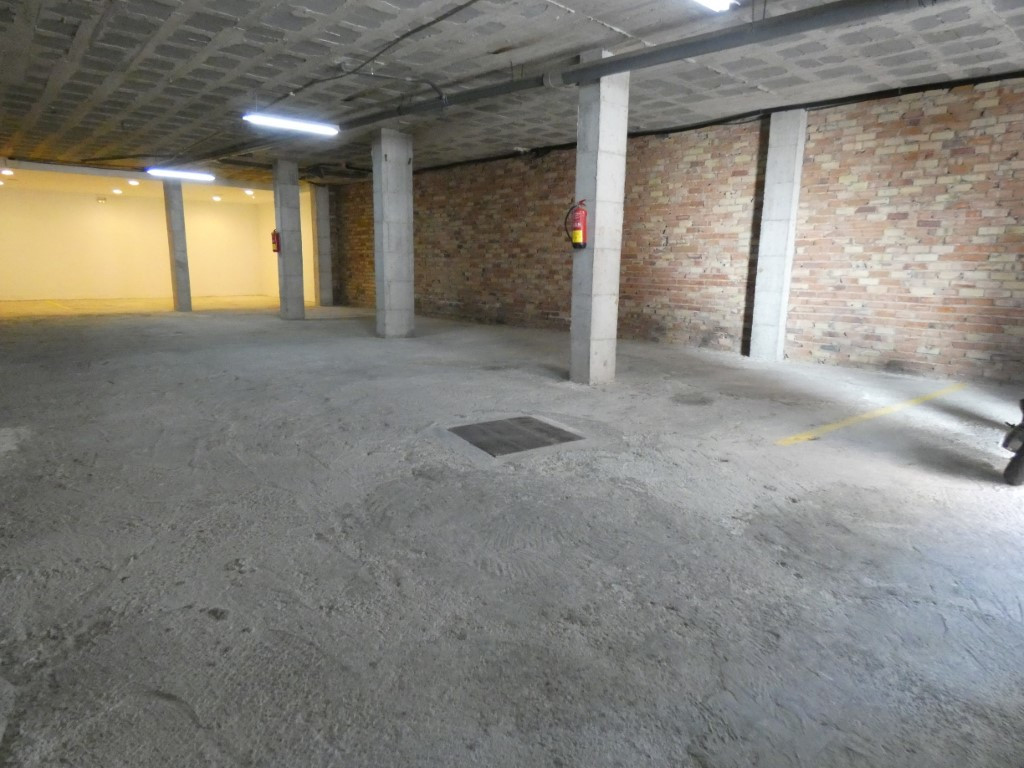 Big warehouse of 240m² for use as garage (9 parking spaces), storage or any other commercial use.  I,Spain