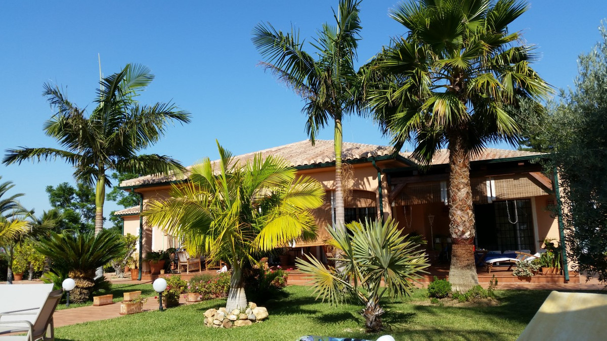 Spectacular single-storey country home built on nearly 6,000m² of land with a 20x5m pool just 5 minu,Spain