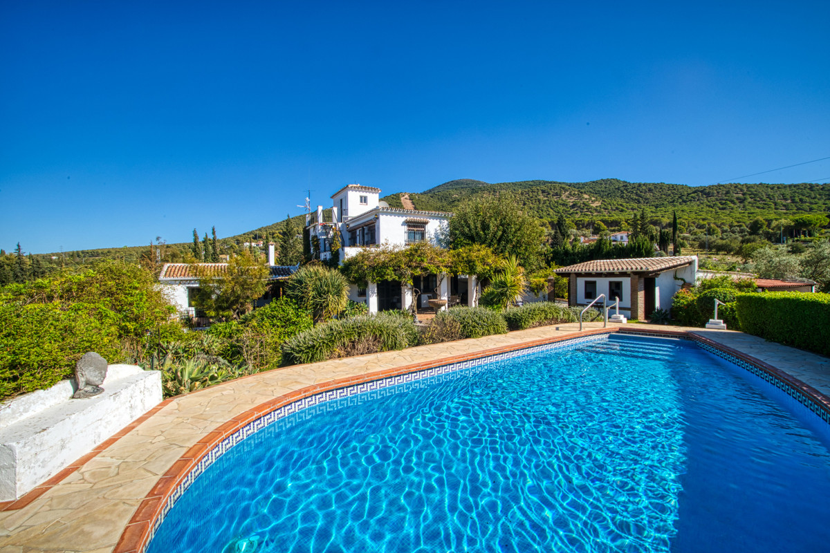 A beautiful country house oozing with rustic charm, located in an idyllic location just 2km from Alh, Spain
