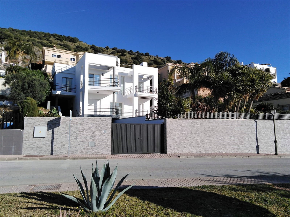 Modern contemporary villa for sale in Coin. This luxury west facing property is presented in immacul, Spain
