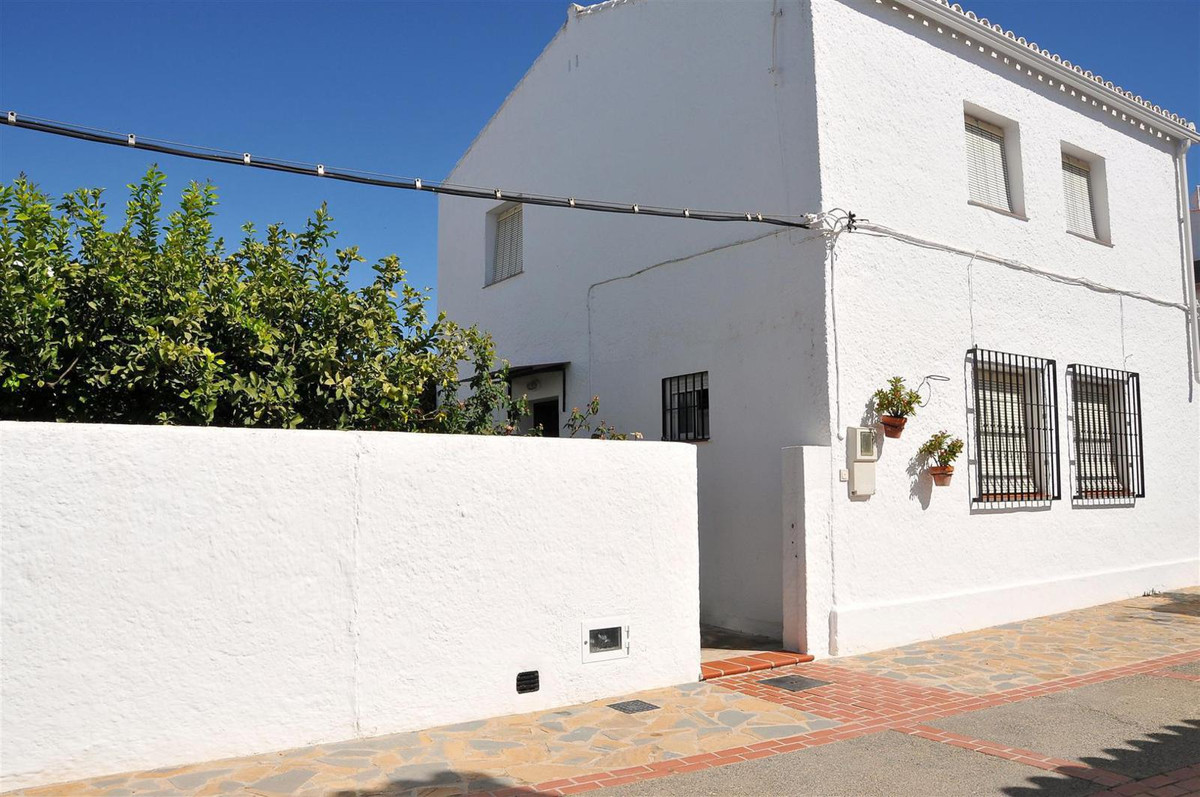 Detached townhouse plus separate annex in the centre of the village built on a 587m² plot. The main ,Spain