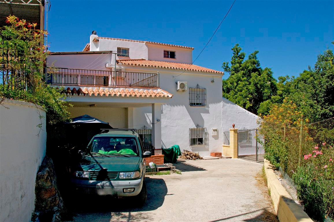Semi-detached country property only 5 minutes from the village and comprises of 2 fitted kitchens, 2, Spain