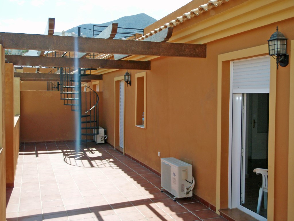 A nice and bright 2 bedroom, 1 bathroom penthouse with a communal swimming pool, very close to Alhau,Spain