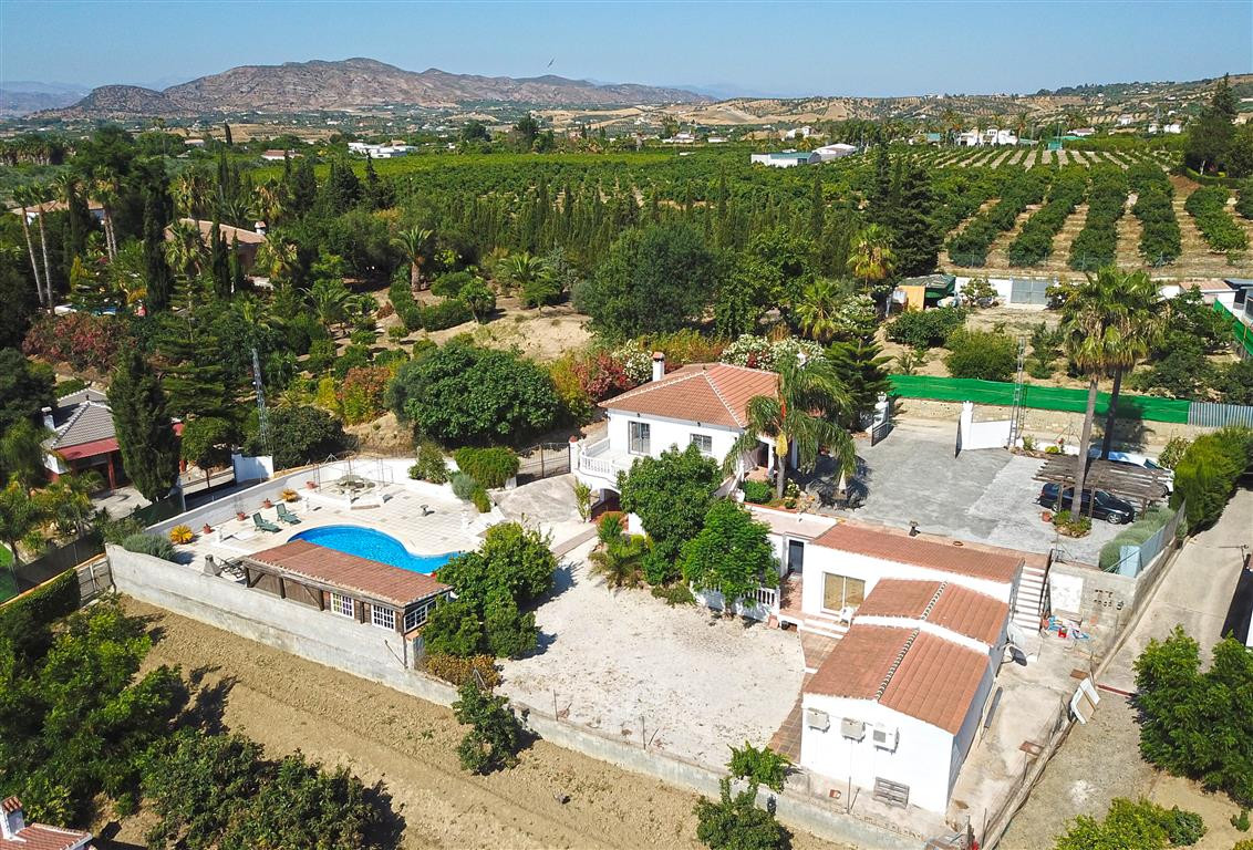 This fabulous country home consists of 2 houses, a large kidney shaped pool, poolside bar with cover, Spain