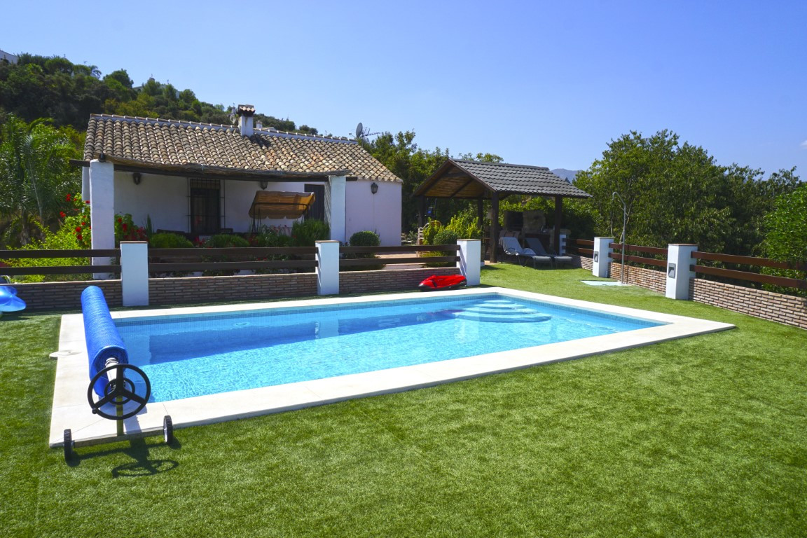 Beautiful cosy country house within a close drive to town.  The property is located in an elevated p,Spain