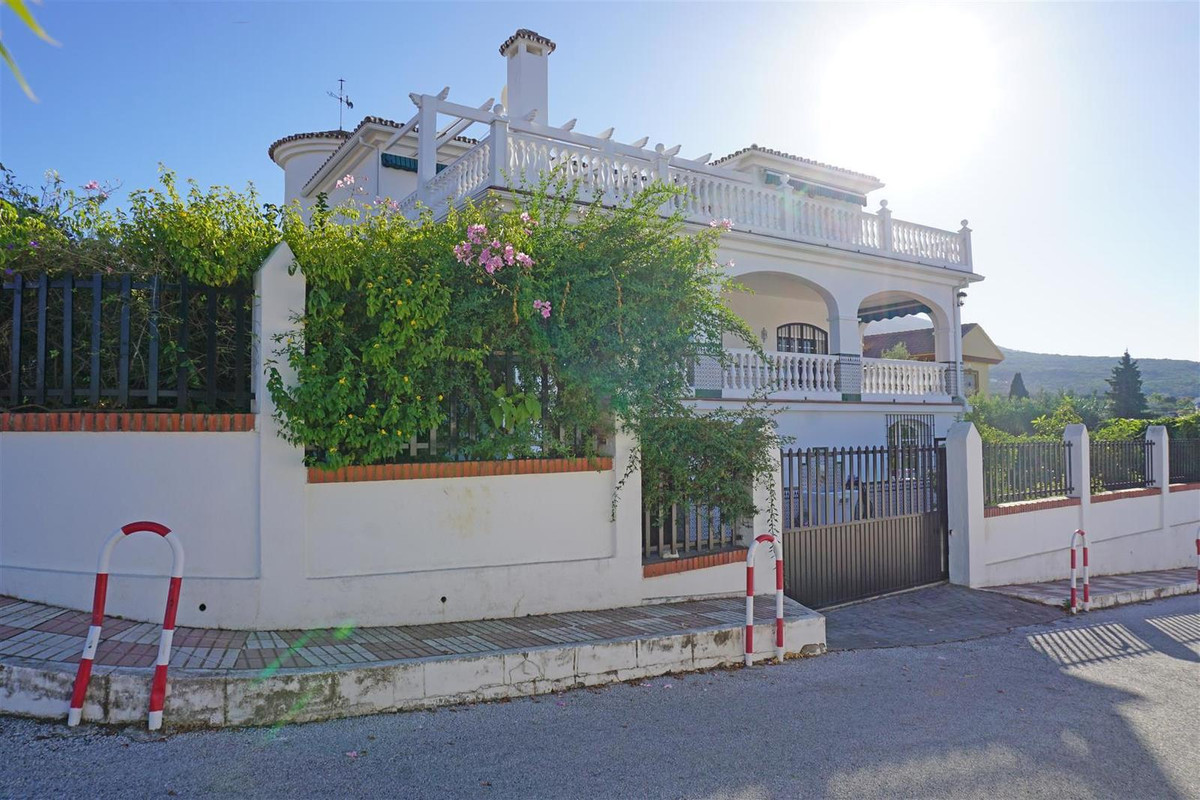 Large detached villa in one of the most prestigious urbanisations of Alhaurin el Grande with communa, Spain