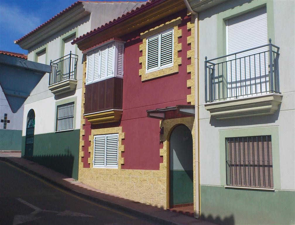 A lovely & cosy 3 bedroom, 2 bathroom townhouse, with all the white goods included. It benefits ,Spain