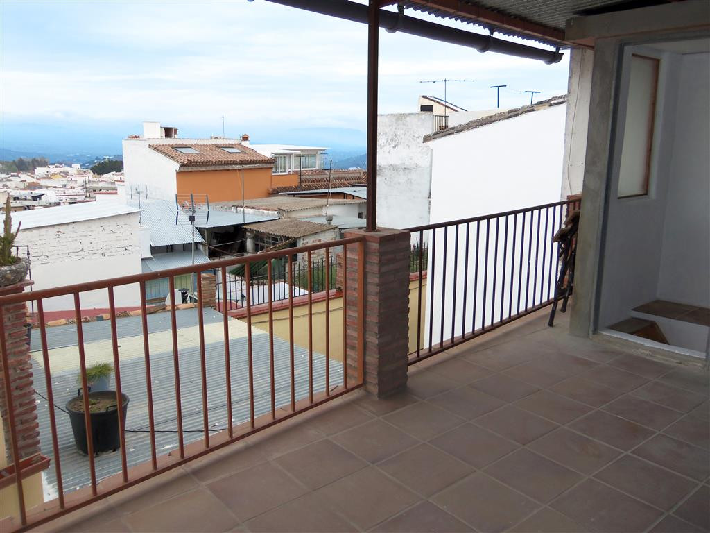 Pretty little townhouse in a great location on the