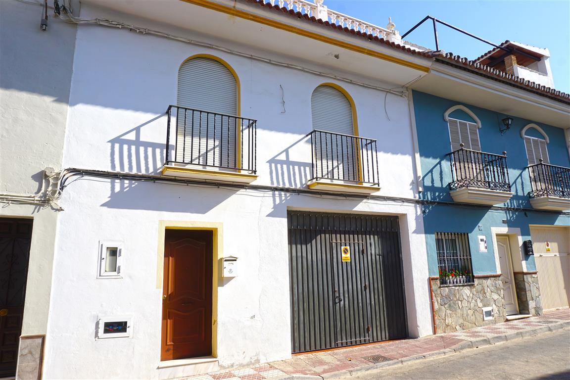 Very spacious townhouse with a private 90m² garage.  On the ground floor is a garage, WC and a patio, Spain
