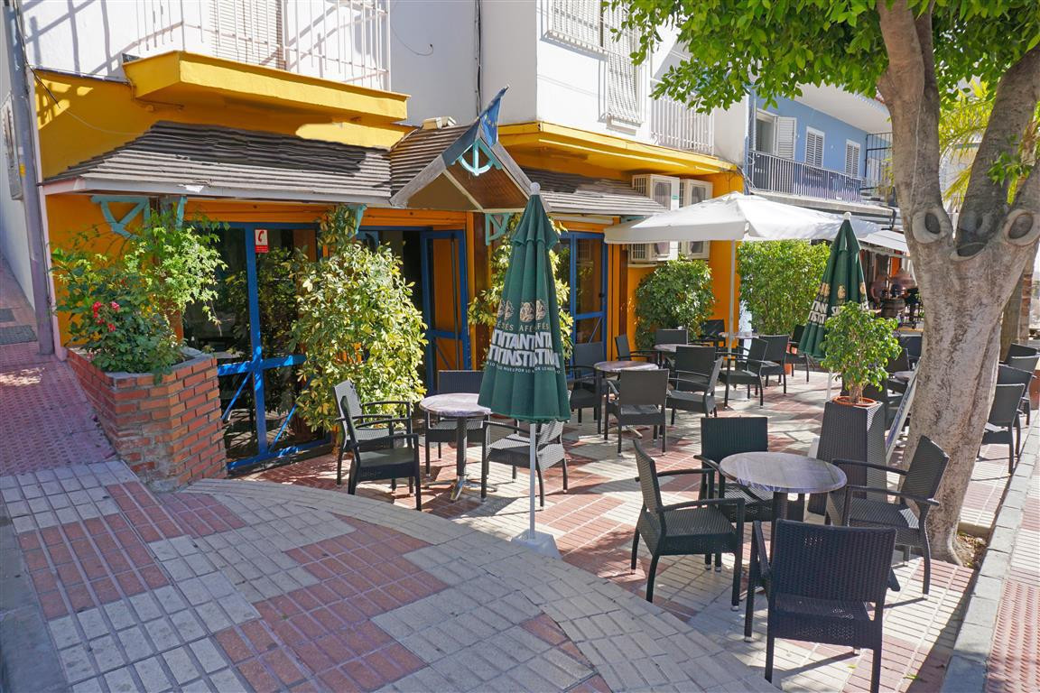 Very centrally located bar in Alhaurin el Grande. This commercial lessee is available for the price  Spain