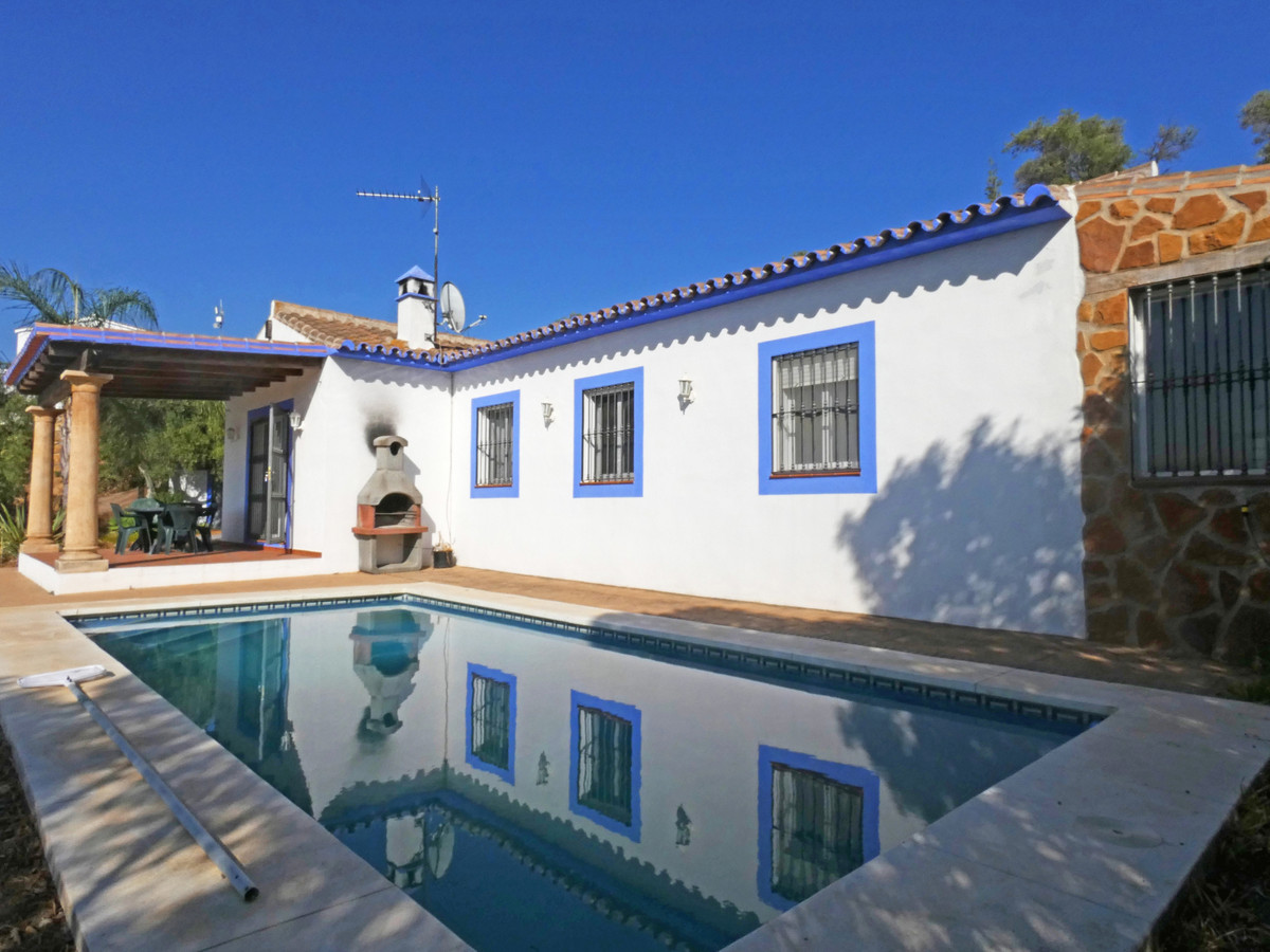 A delightful 3 bedroom country house situated in an outstanding position overlooking the surrounding, Spain