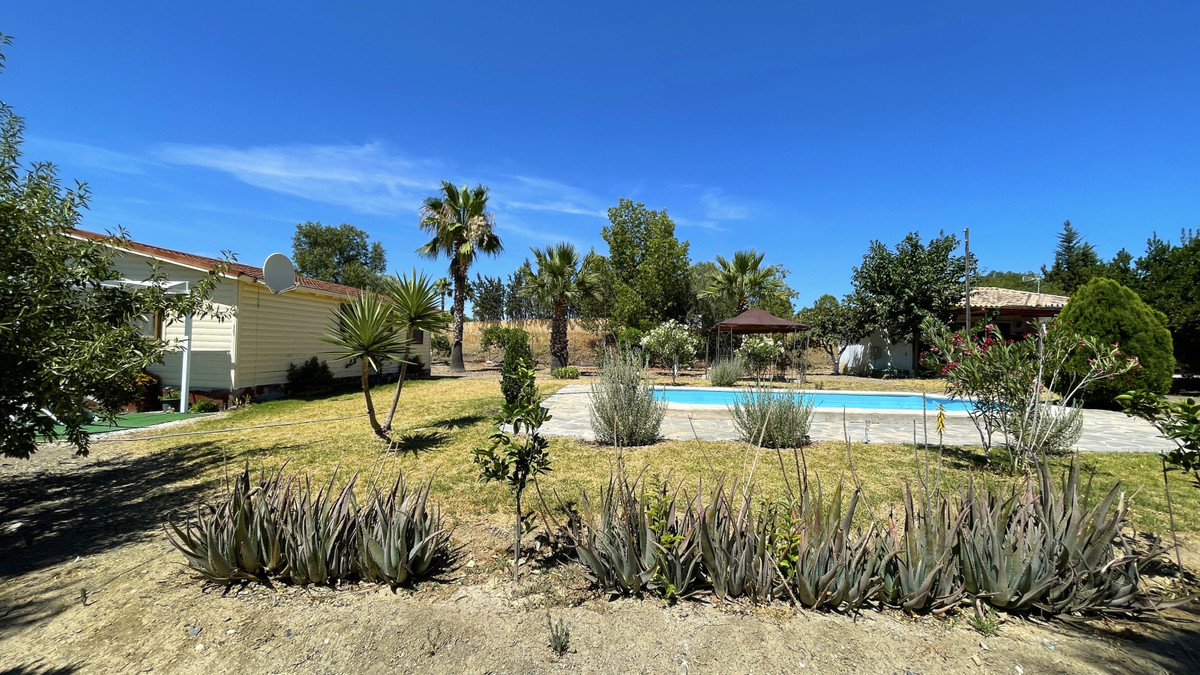 Only 5minutes from Coin, flat plot ideal for horses and consist of: Wooden house with equipped Ameri,Spain