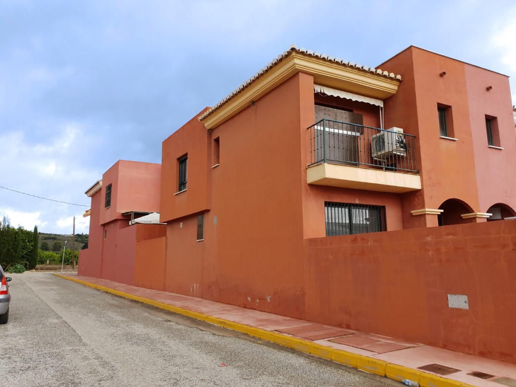 Beautiful and bright, three bedroom corner townhouse. The ground floor comprises a large living-dini, Spain
