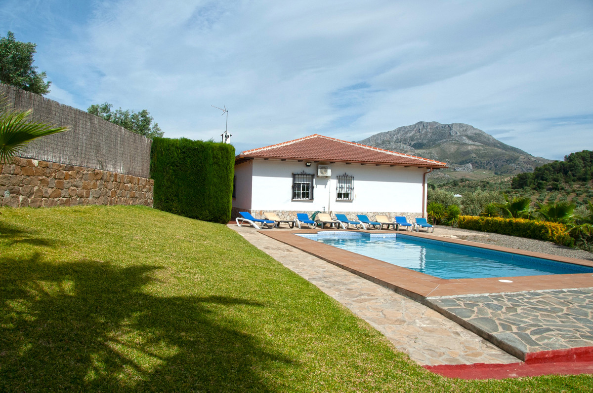 Gorgeous one-storey country home in impeccable condition, only 600m from the village.   This very sp, Spain
