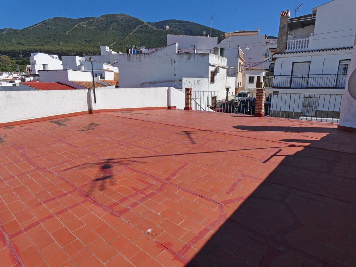 BARGAIN! A very good sized townhouse only a couple of minutes walk from the town centre, yet in a ve, Spain