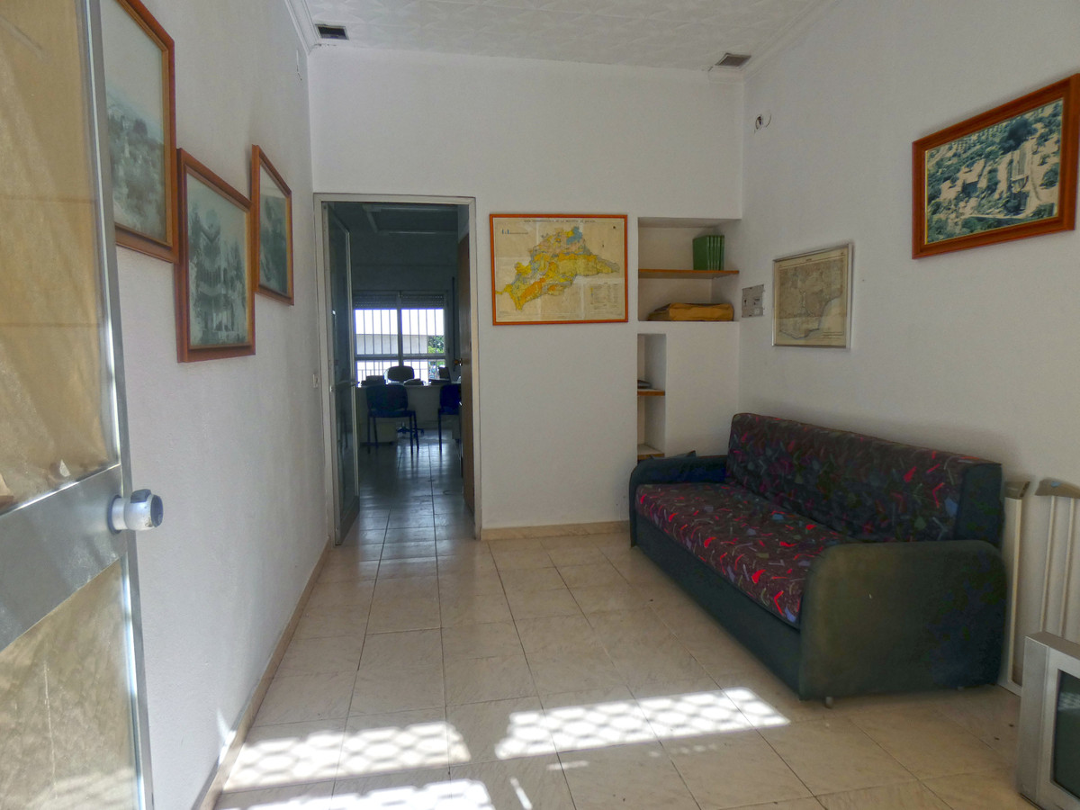 Business premises for sale in a commercial, comprising a waiting room, an office, and a WC. Ready to, Spain
