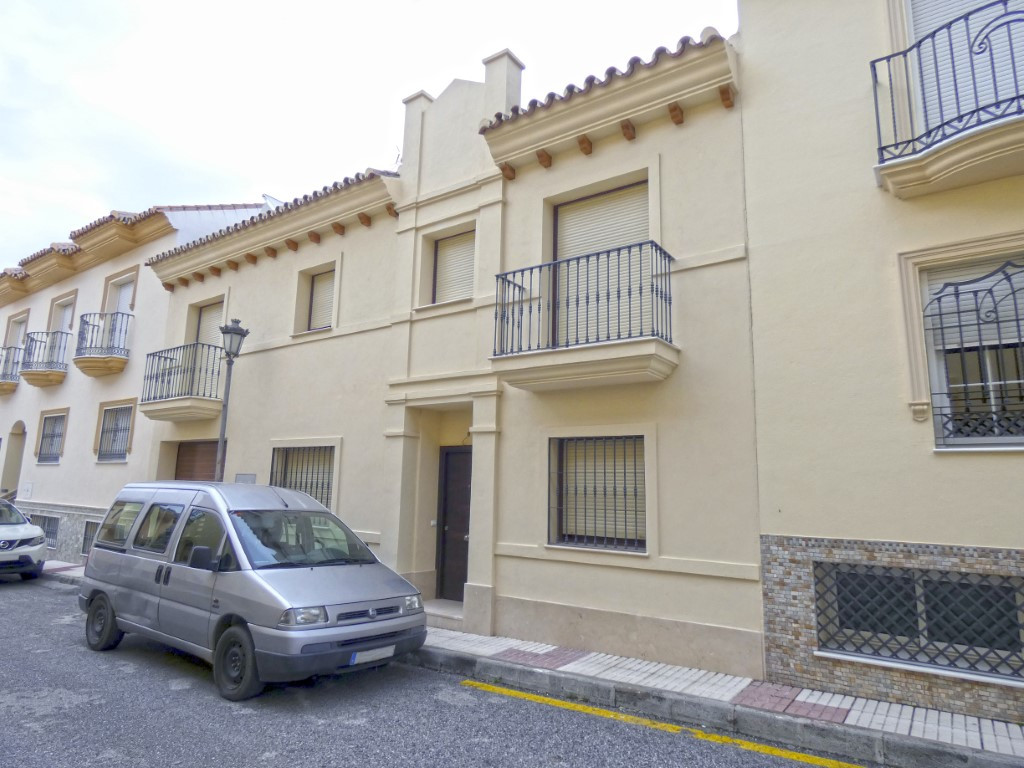 Large 3-storey townhouse just one step away from Coin town centre. The property has been recently bu, Spain