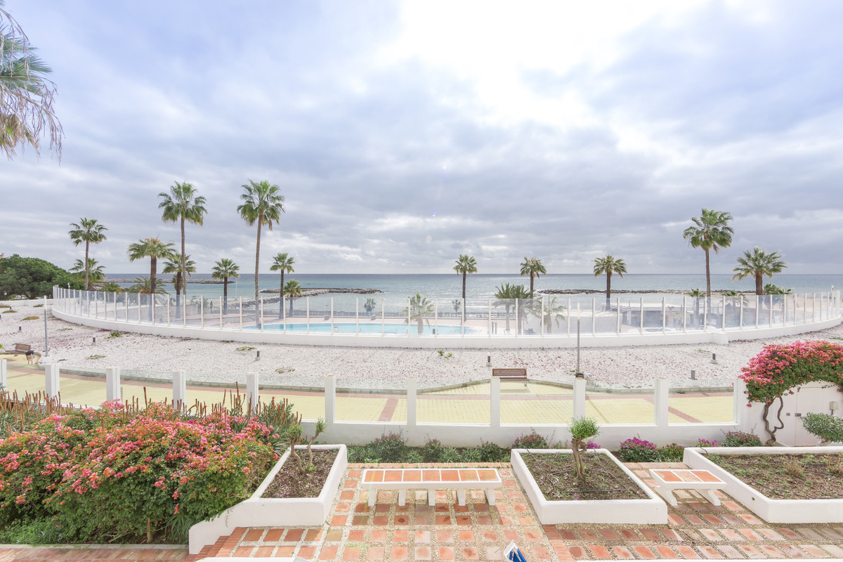 Two-bedroom apartment in a luxury urbanization on the beach. The apartment has comfortable layout, d, Spain